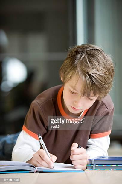 Jeune garçon travaillant dur et se concentrer sur ses devoirs