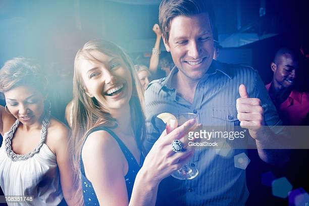 Jeunes garçons et filles danser tout en savourant de pub
