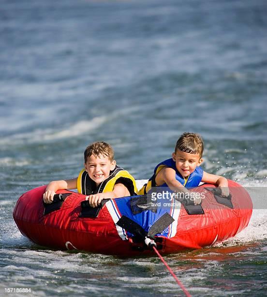 Young Jungen Bootfahren