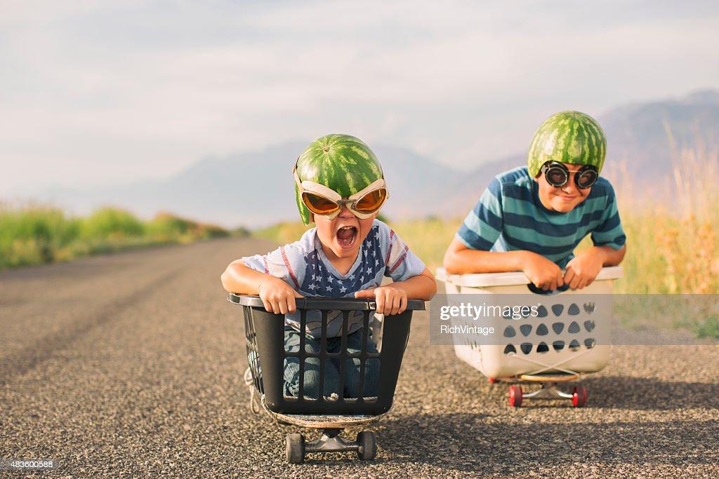 Jeune garçon portant des casques de pastèque course : Photo