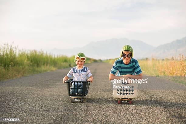 Giovane ragazzo con anguria caschi da corsa