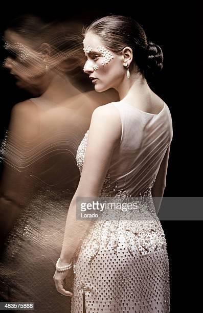 Jeune brunette femme modèle portant des bijoux en perles