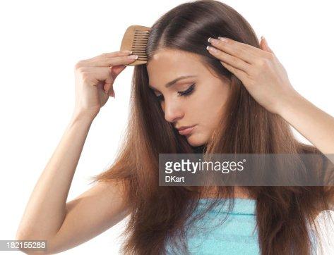 Jeune brunette femme Se peigner ses beaux cheveux longs
