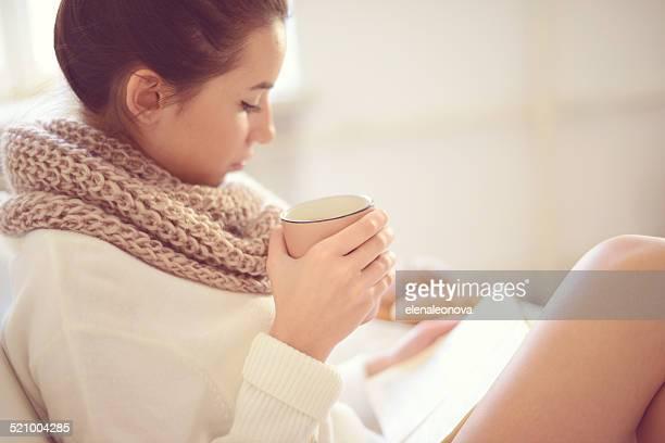 Giovane brunette donna in Interno di casa.