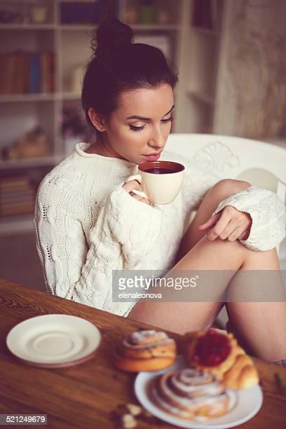 young brunette Frau im Hause Inneren.