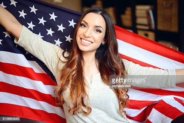 morettina giovane donna in interno di casa con bandiera americana