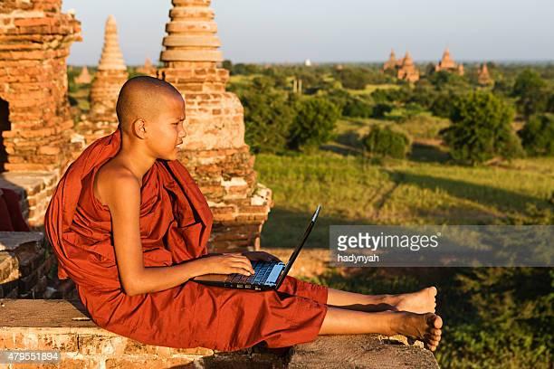 Junge buddhistische Mönch mit laptop
