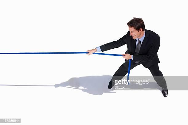 Young business Erwachsene ziehen ein Seil auf Weiß