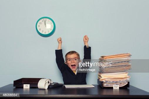 若いビジネス少年では、作業の完成