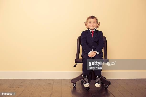 Junge Business Mann auf Stuhl mit großen Ohren