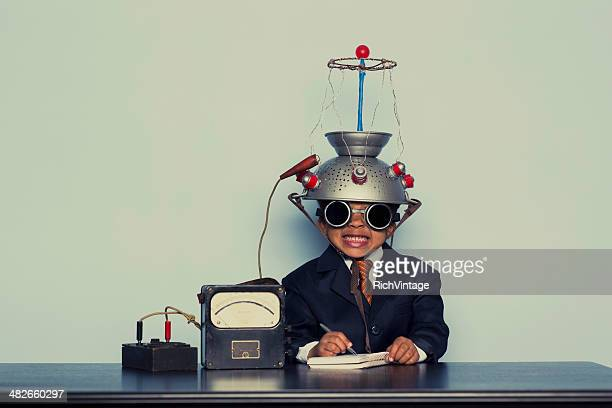 心を着ている若いビジネス少年リーティングヘルメット