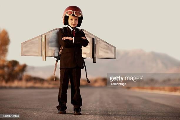 Junge Business Mann mit Arme verschränkt mit Jet Pack