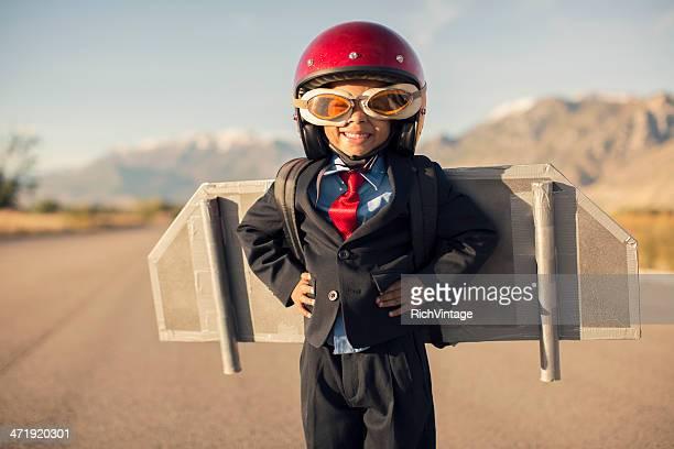 Negócios jovem criança usando Mochila-foguete