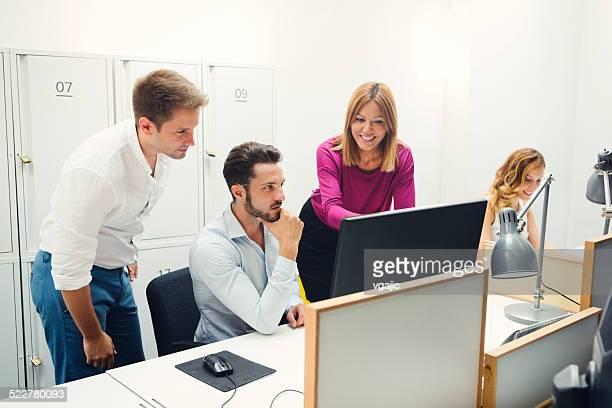 Jeunes gens d'affaires collaborent.