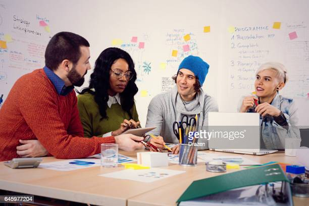 Junge Geschäftsleute in Büro, Start-up Geschäftsideen zu entwickeln