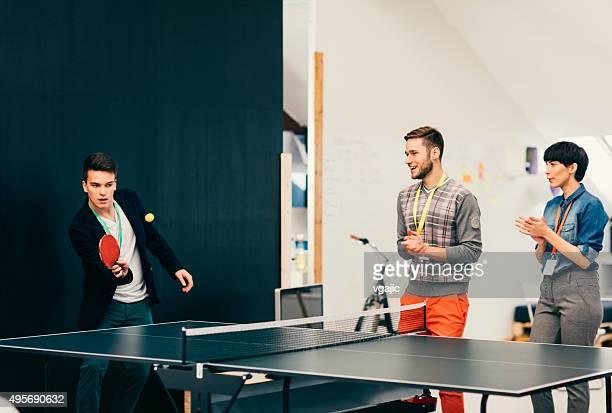 Jeunes gens d'affaires jouant Tennis de Table dans le bureau.