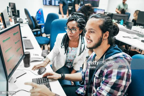 Junges Unternehmen mit Team Computer im Büro