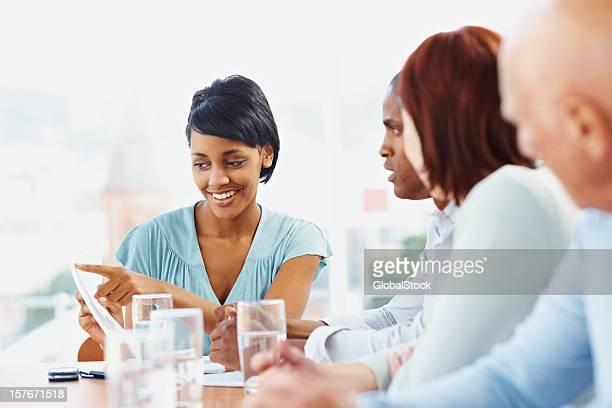 Young business-Frau sprechen mit ihrem team in einer Besprechung