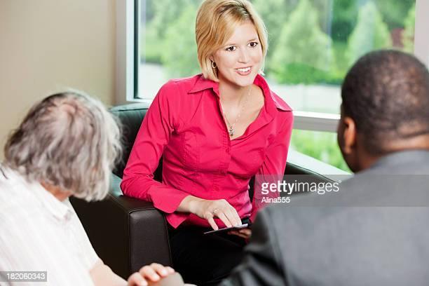 Jeune femme d'affaires pendant la consultation