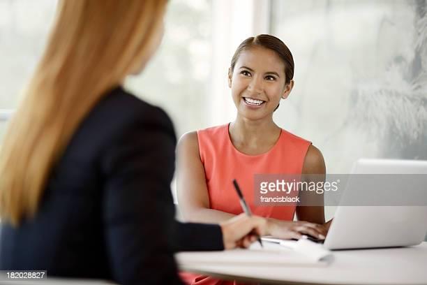 Jovem mulher de negócios em uma reunião