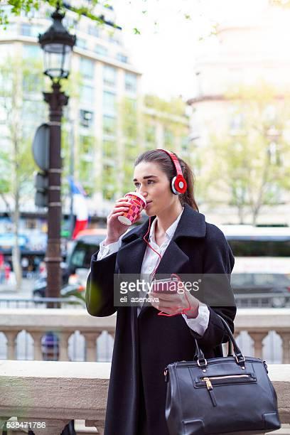 Jeune femme d'affaires écouter de la musique, Paris.