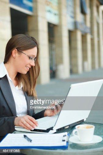 Jovem mulher de negócios com Telefone Móvel : Foto de stock