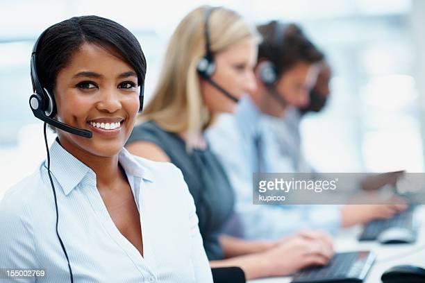 Young business-Frau, die arbeitet in einem call-center mit Ihren Kollegen