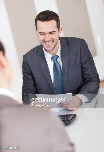 Joven empresario en la entrevista : Foto de stock
