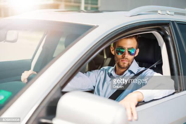 Jeune homme d'affaires, nouvelle voiture de luxe