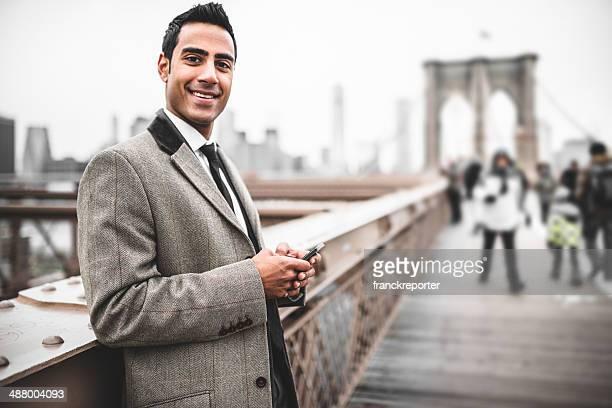 Uomo d'affari giovane Imprenditrice messaggistica sul Ponte di brooklyn