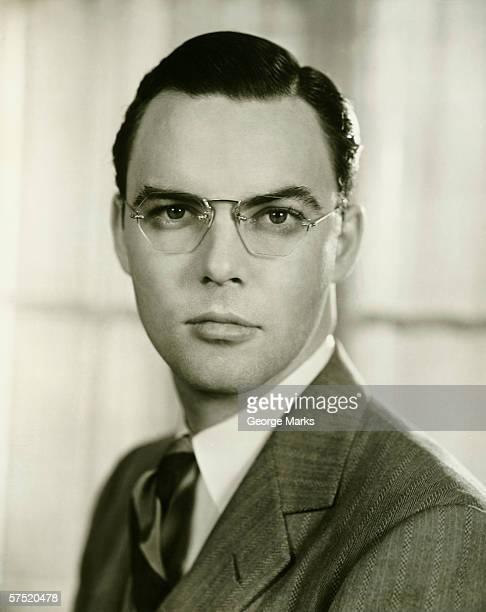 Junger Geschäftsmann in Brillen, (B & W), Porträt