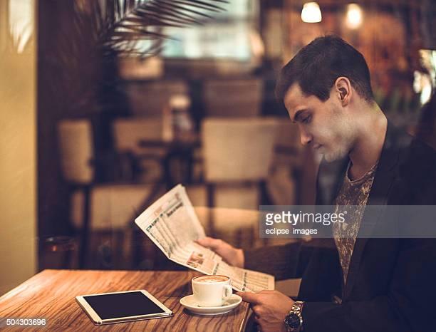 Giovane uomo d'affari leggendo un giornale