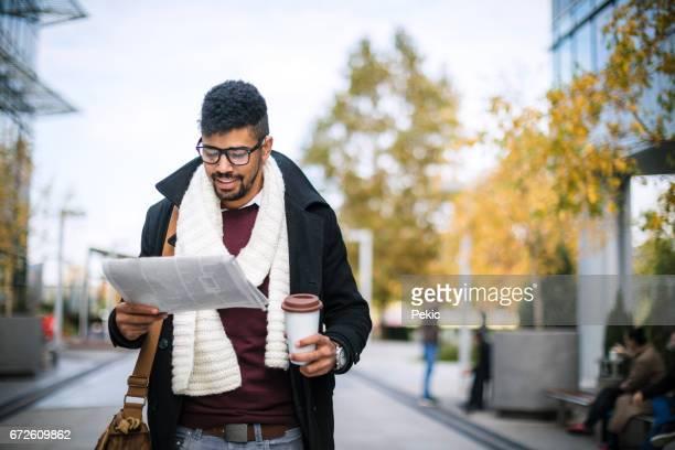 Jonge zakenman lezing Breaking News