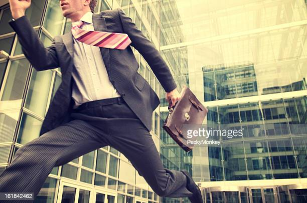 Joven hombre corriendo al aire libre moderno edificio de oficinas