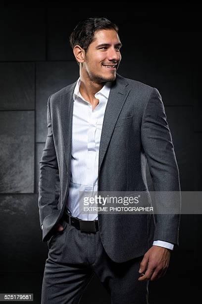 Souriant jeune homme d'affaires