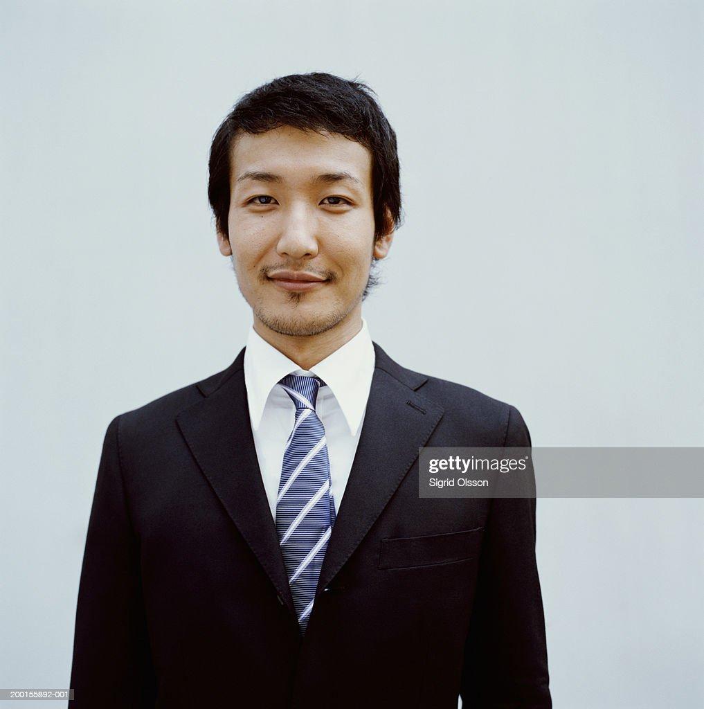 Young businessman smiling, portrait : Stock Photo