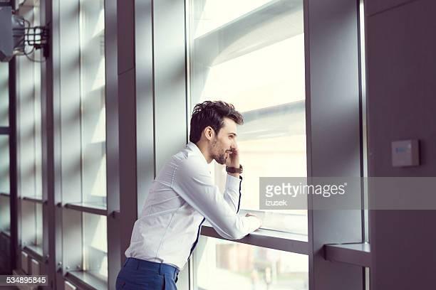 Jeune homme d'affaires parler sur téléphone portable