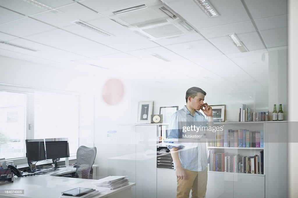 Young businessman talking on the phone : Stock Photo