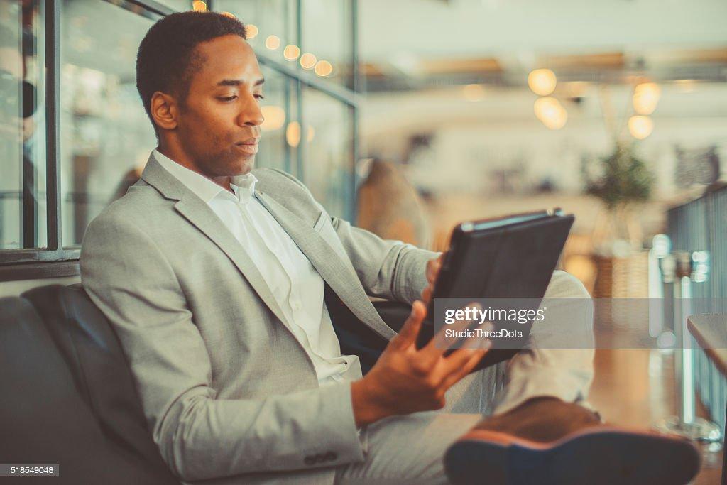 Young businessman using digital tablet : Stockfoto