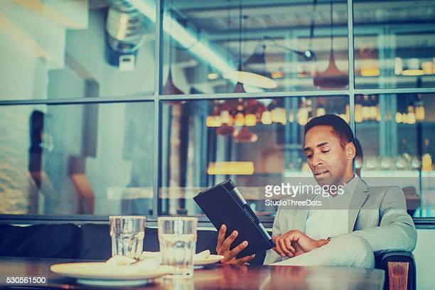 Joven empresario con tableta digital