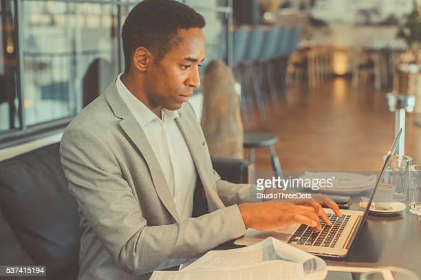 Junger Geschäftsmann mit laptop