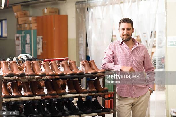 Jovem empresário com sapatos