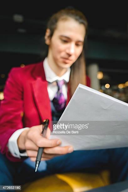 Giovani Uomo d'affari al lavoro In un café