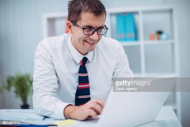 Junger Geschäftsmann Arbeiten am laptop
