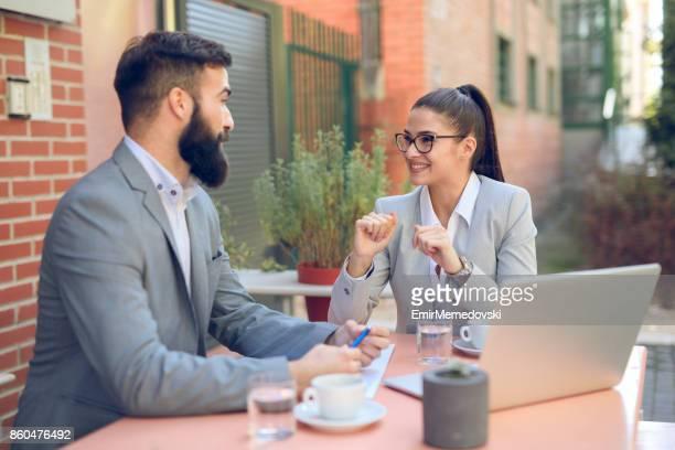 若い実業家やカフェでビジネス会話を持つ実業家