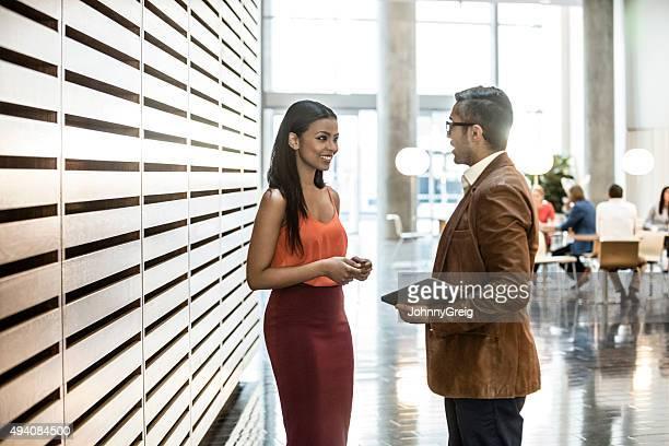Junge Geschäftsfrau und männlichen Kollegen im modernen Büro.