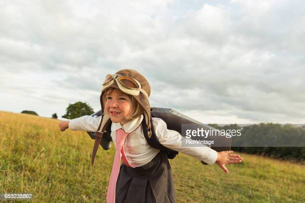 Jeune femme d'affaires mouches Jet Pack dans le ciel