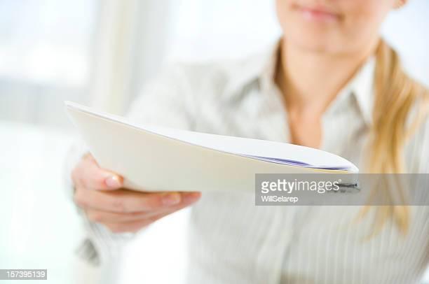 Junge Geschäftsfrau hält ein dossier