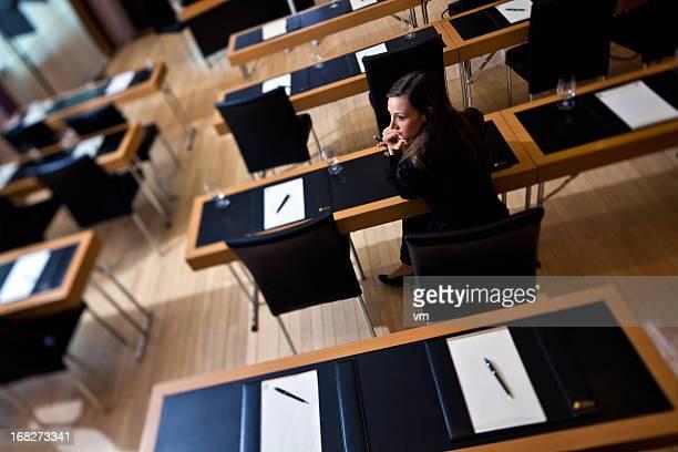 Jeune femme d'affaires dans le vide en configuration salle de classe