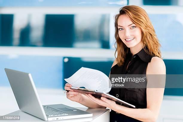 Junge Geschäftsfrau in modernen Büro